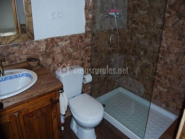 Aseo común de la casa con ducha y mampara de cristal