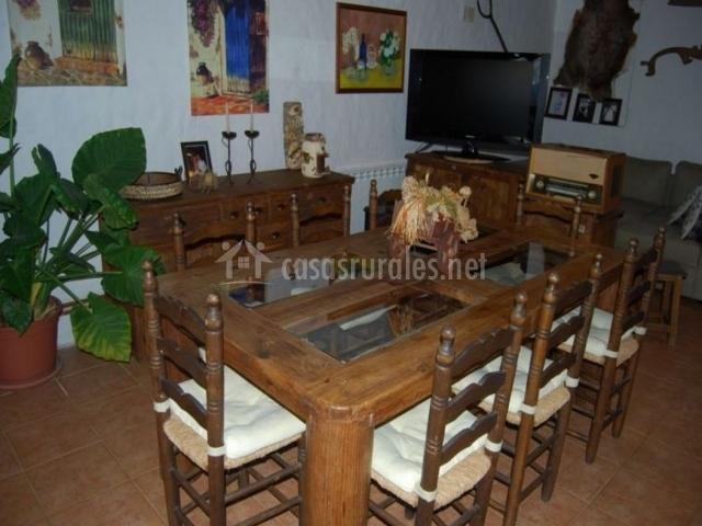 Comedor rústico con mesa de madera robusta