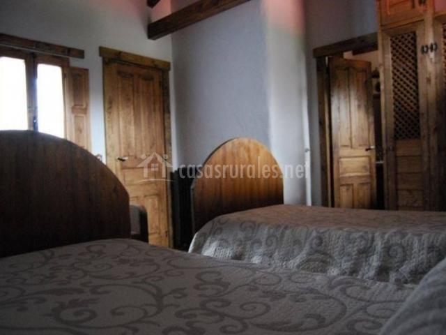 Dormitorio con un par de camas y armarios junto a ellas