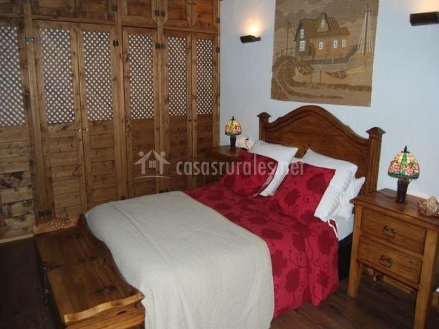 Dormitorio de matrimonio elegante con detalles en madera
