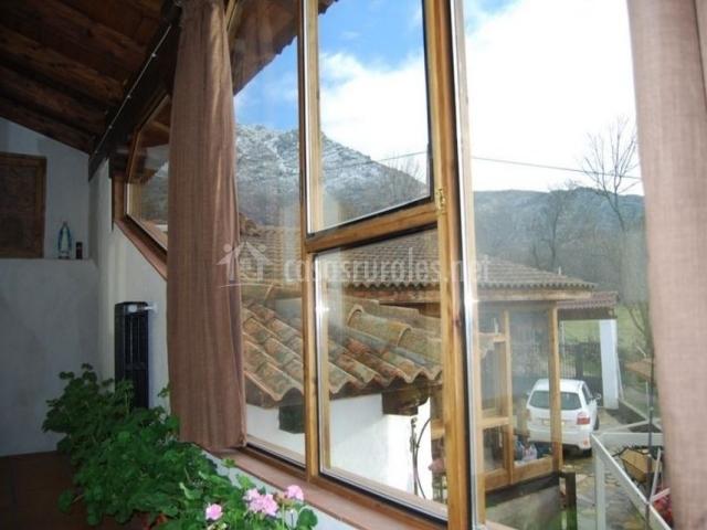 Escaleras con ventanal y vistas
