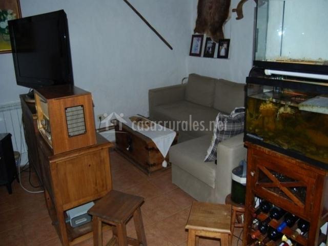 Sala de estar con sillón frente al televisor