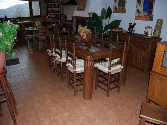 Sala de estar con vista directa del comedor con chimenea