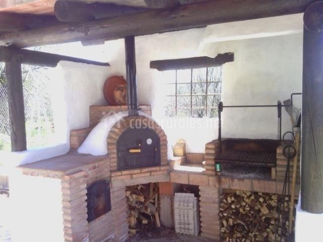 Vistas de la zona de barbacoa y horno tradicional