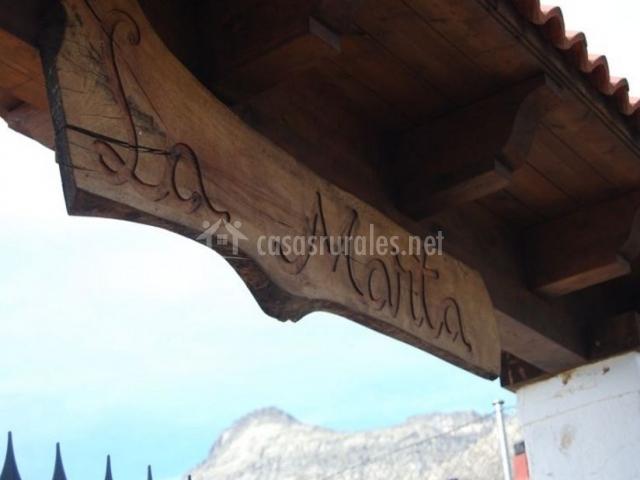 Vistas del acceso con cartel tallado