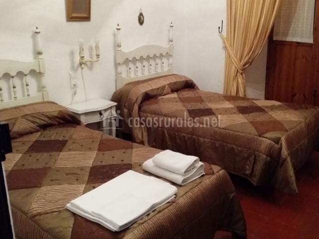 Dormitorio doble con colchas de color marrón
