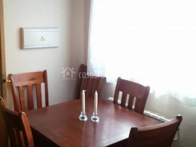 Comedor con mesa junto a la ventana