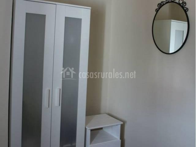 Dormitorio de matrimonio con vinilo de pájaros y su armario