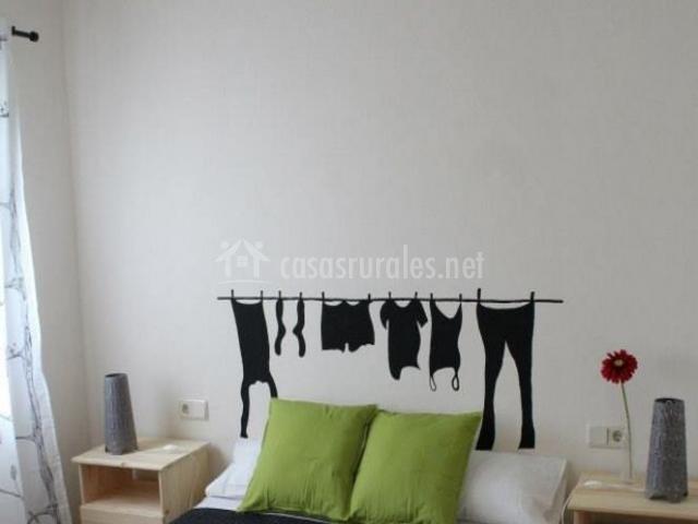 Dormitorio de matrimonio con vinilo de ropa tendida