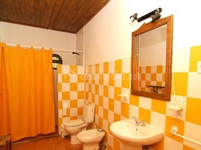 Aseo amarillo con ducha