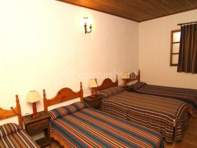 Dormitorio para cinco con colchas de rayas