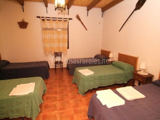 Dormitorio con cinco camas individuales