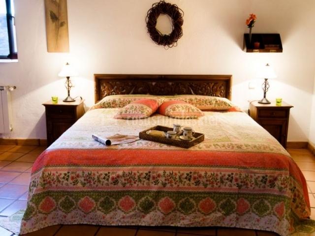 Dormitorio de matrimonio con colcha étnica