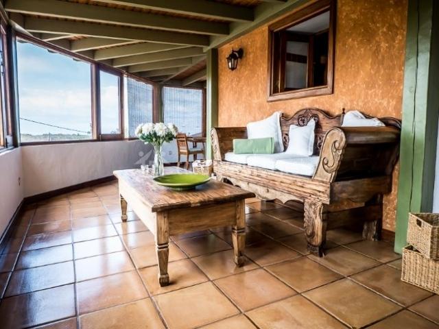 Sala de estar con sillones de madera