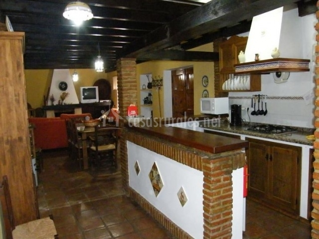 Cocina office con sala de estar al fondo