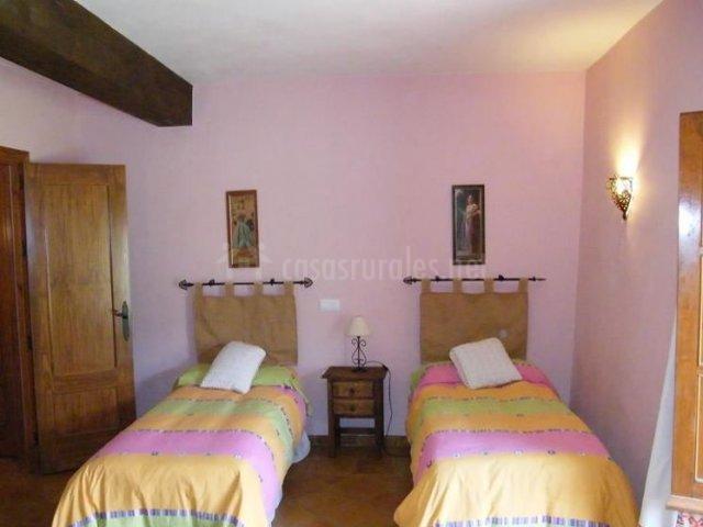 Dormitorio doble con paredes de tonos lila
