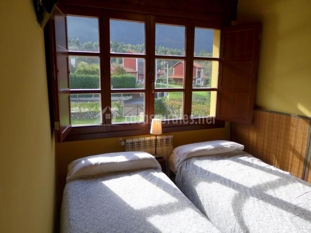 Dormitorio doble y ventanal