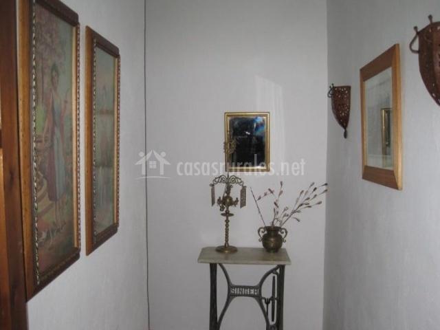 Pasillo distribuidor de la casa con decorados antiguos