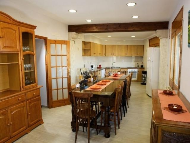 Comedor y cocina en el mismo espacio con mesa en el centro