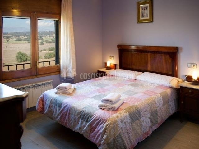 Dormitorio de matrimonio con mueble en el frente