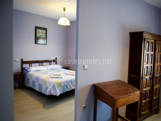 Dormitorio de matrimonio con paredes de color azul y armario