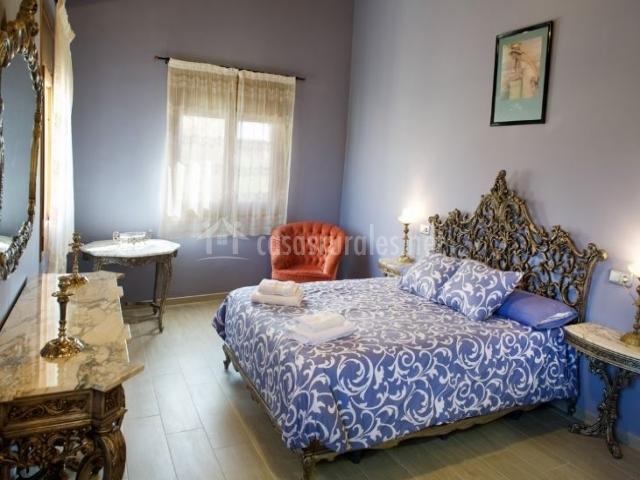 Dormitorio de matrimonio con paredes de color azul