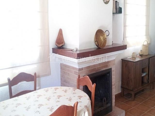 Mesa del comedor y chimenea