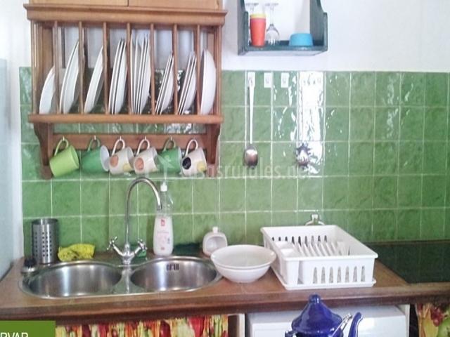 Cocina con vajilla