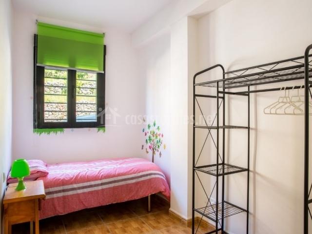 Dormitorio con cama individual y vinilo decorativo