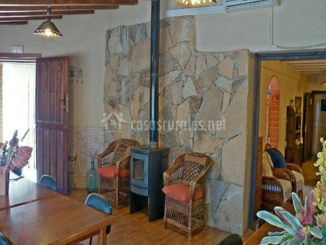 Salón-comedor con chimenea y acceso al exterior