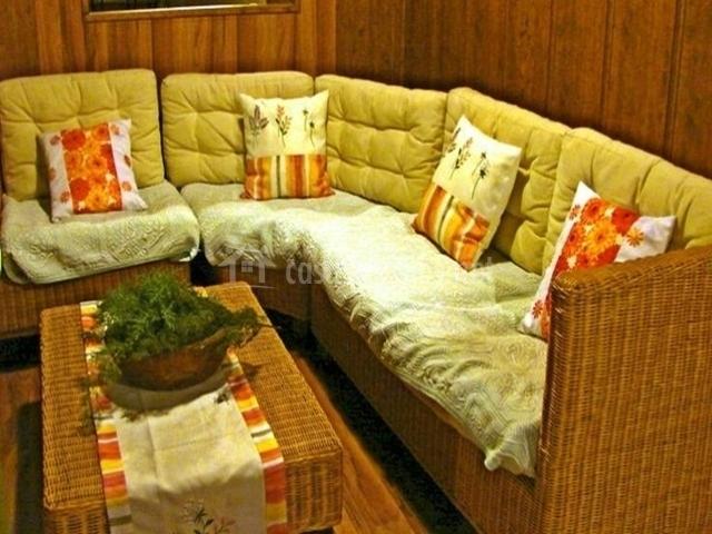 Detalle del sofá de la casa rural