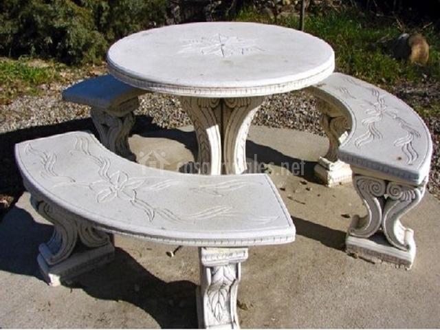 Mesa y bancos de mármol en  la casa rural