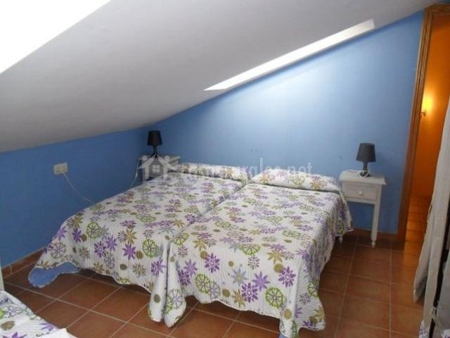 Dormitorio triple abuhardillado en azul