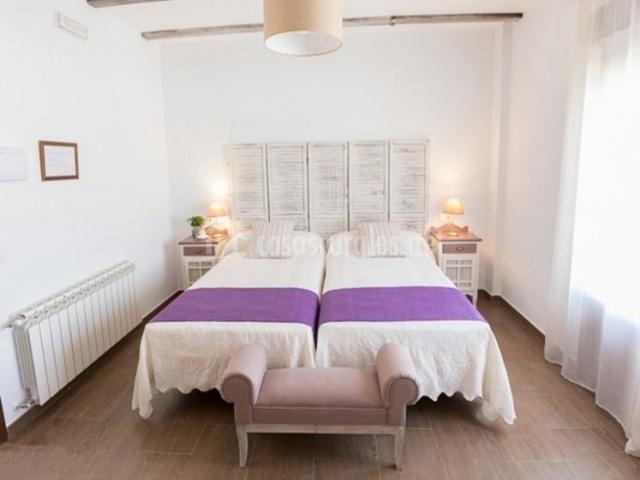Dormitorio doble con detalles en morado