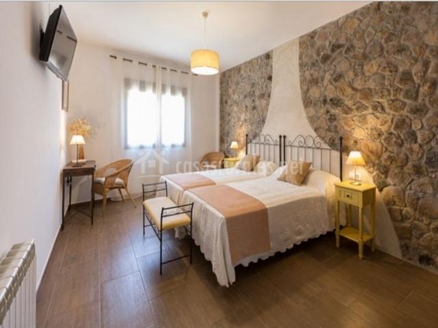 Dormitorio doble en marrones amplio