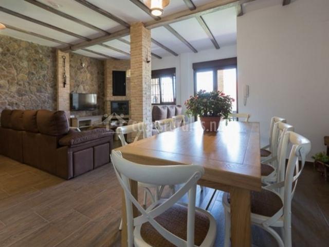 Sala de estar con mesa de madera y sillas