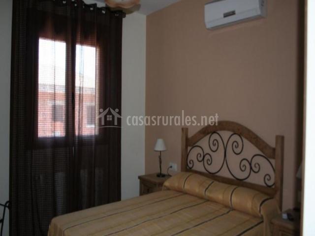 Dormitorio con aire acondicionado