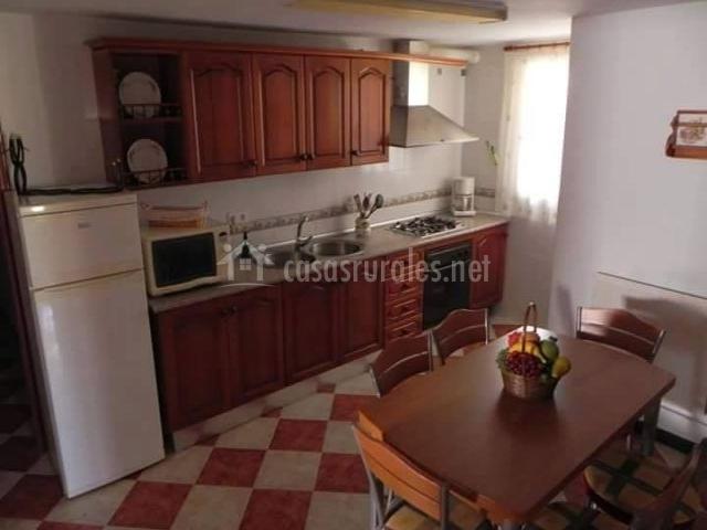Cocina con muebles de madera y armarios