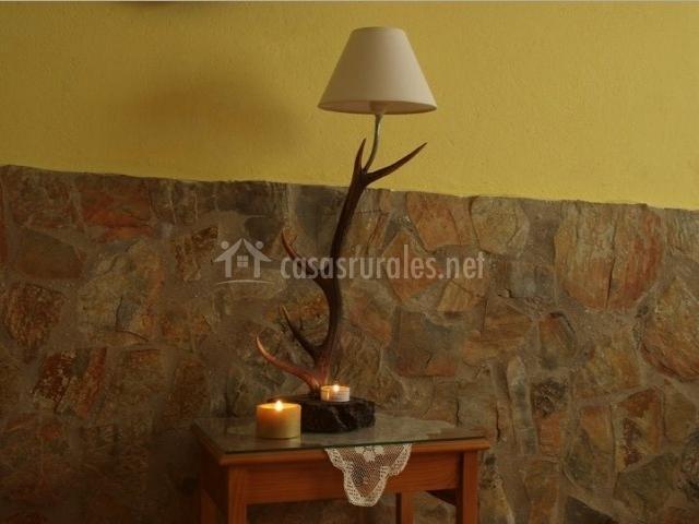 Sala de estar con detalles en piedra