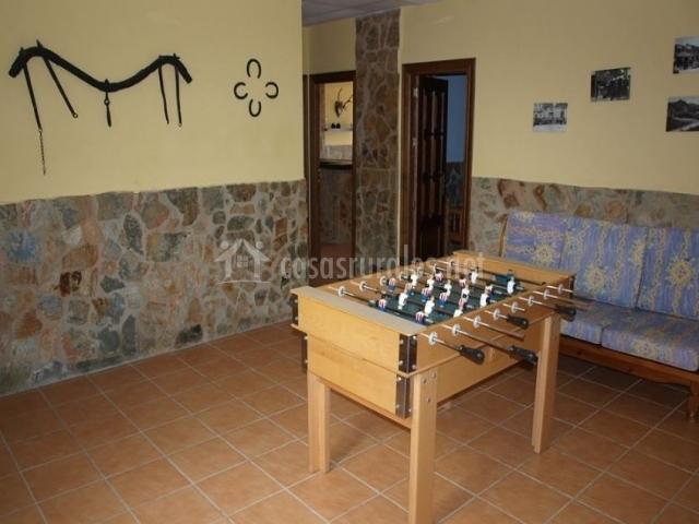 Sala de estar con parte baja en piedra