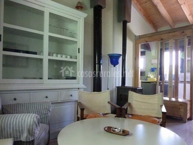 Sala de estar con muebles de color blanco