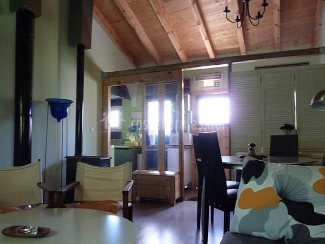 Sala de estar y comedor abuhardillados