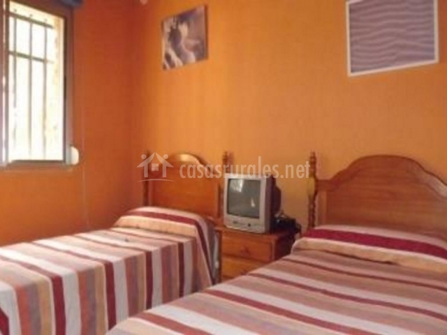 Dormitorio doble con colcha de rayas