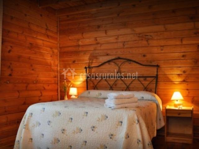 Dormitorio de matrimonio con detalles de madera