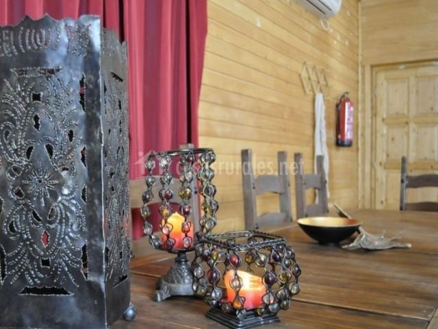 Sala de estar con chimenea y detalles
