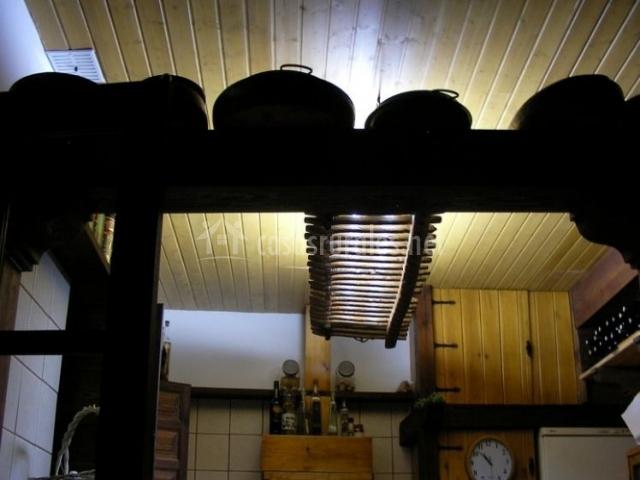Cocina en madera con reloj