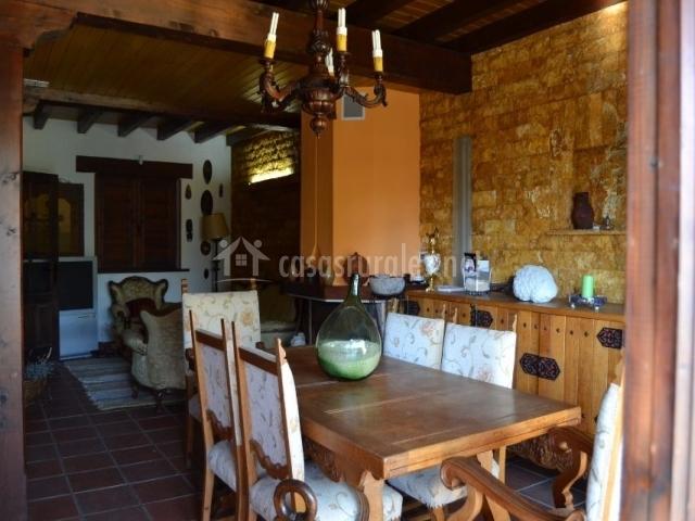 Comedor de la casa con mesa de madera y sillas tapizadas