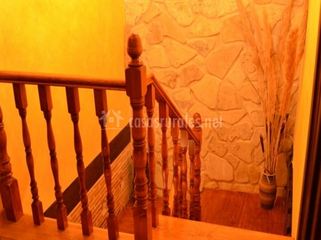 Escaleras con partes de piedra