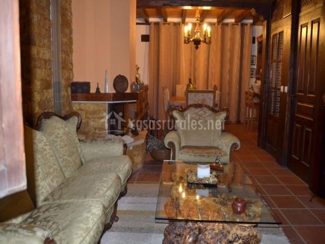 Sala de estar y comedor con chimenea en el centro
