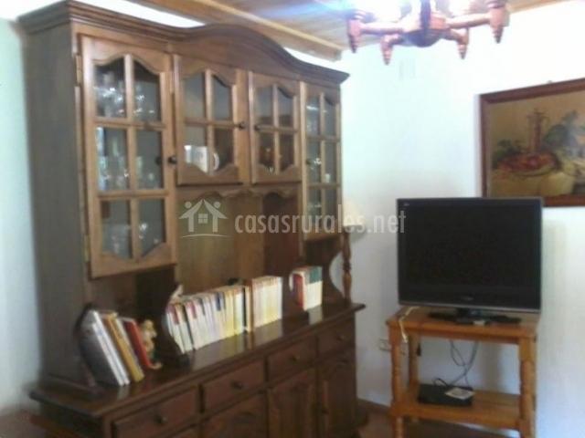 Sala de estar con mueble frontal de madera